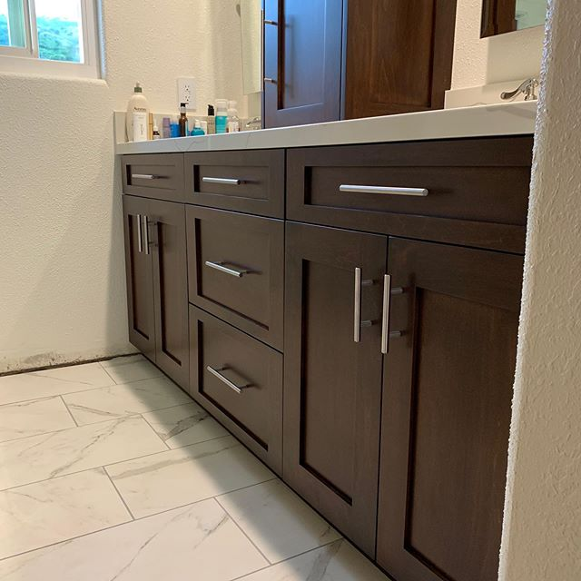 We like our vanities how we like our syrup 🥞... dark maple. Paired with the modern hardware and a quartz countertop this turned out to be a very clean and sleek bathroom. • • • #cabinetry #knottynuffwood #vanities #bathroomgoals #interiordesigntrends #quartz #freshtrends #customentertainmentcenter #custombuild #designinLA #homesinLA #califestyle #woodworking #luxuryhomes #luxuryrealestate #interiordesigntips #betterhomesandgardens #archdigest #orangecountydesign #losangelesdesigner  #highendcabinetry #craftsmanstyle #craftsmanship #finewoodwork #craftsmanarchitecture #orangecounty #beverlyhills #mountwashington #designtrends #bathroomdesign
