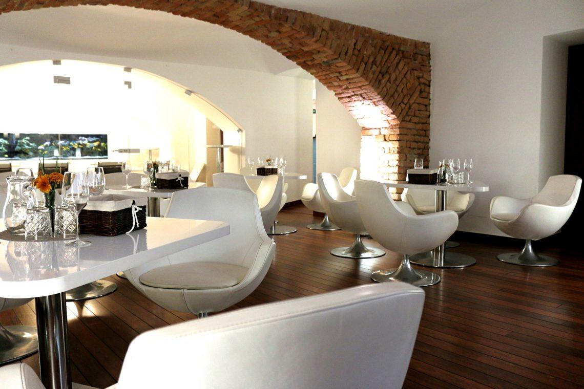 vino-klub-main-room-other-angle-2-1140x760.jpg