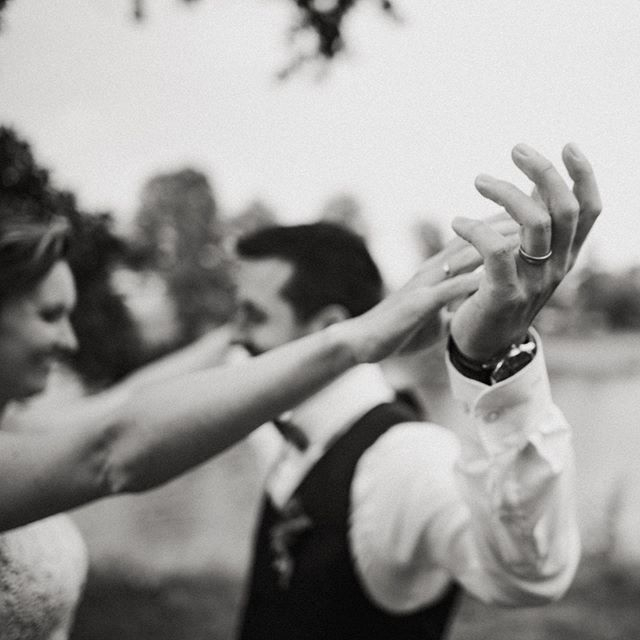 Držet se za ruce včera, dneska, zitra a napořád ❤️ #fotimlasku #wanderingphotographers #mood #svatba #laska #lookslikefilm #lookslikefilmweddings #miluj #wildhearts #authentic #liveauthentic #ano #miluju #ziju #verim #maleveci #littlethings #forever #bride #groom #svatebnifotograf #jitkov #jitkovskymlyn #czechwedding #dnessvatbujem