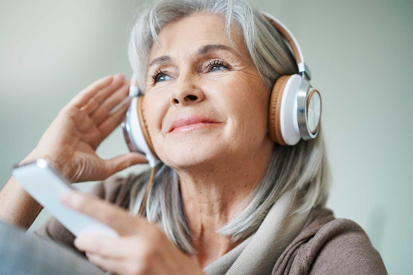 otowel-saude-ouvidos-senhora-headphones.jpg