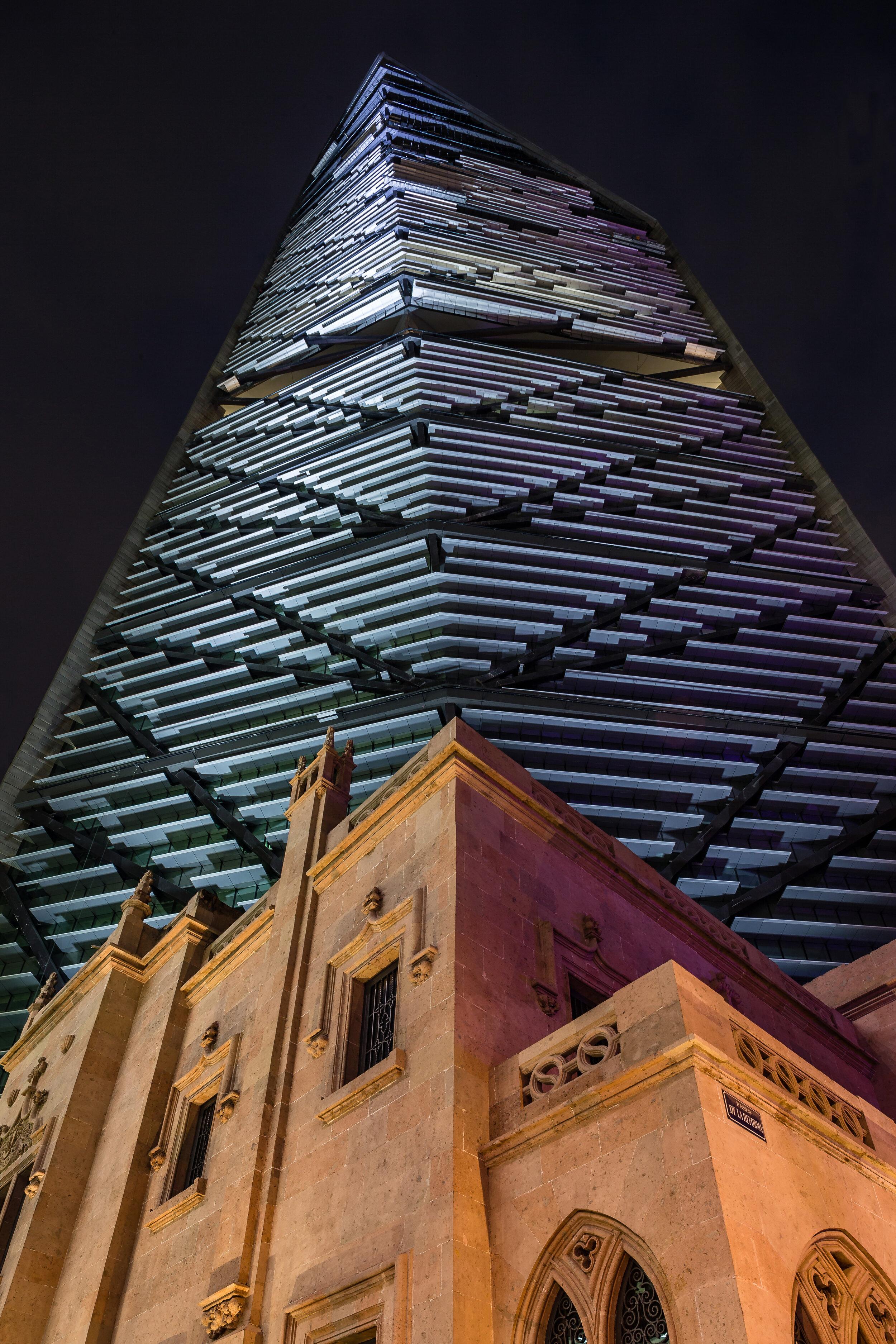6. Torre Reforma - Vista de noche del edificio y casona.JPG