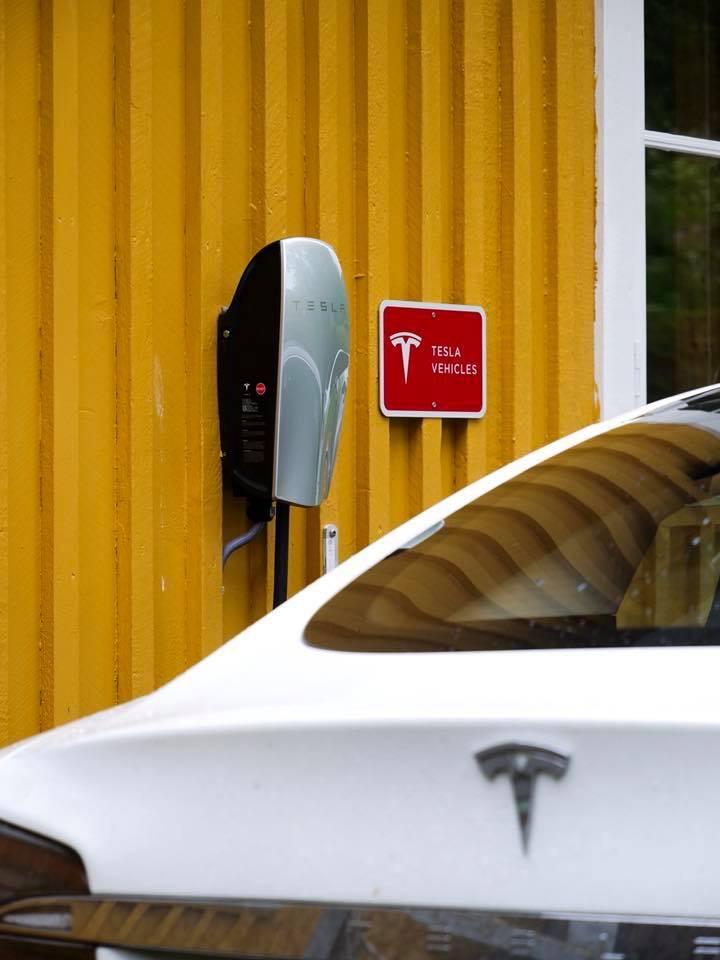 Tesla_lader_Gulbrakka_Glomfjord.JPG