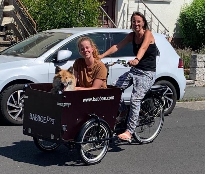 """Die CDU Bad Vilbel hat beim Stadtradeln mitgemacht: Fraktionsvorsitzende Irene Utter, JU-Vorsitzende Deliah Eckhardt und ihr Hund """"Chubby"""" unterwegs. Foto: CDU Bad Vilbel"""
