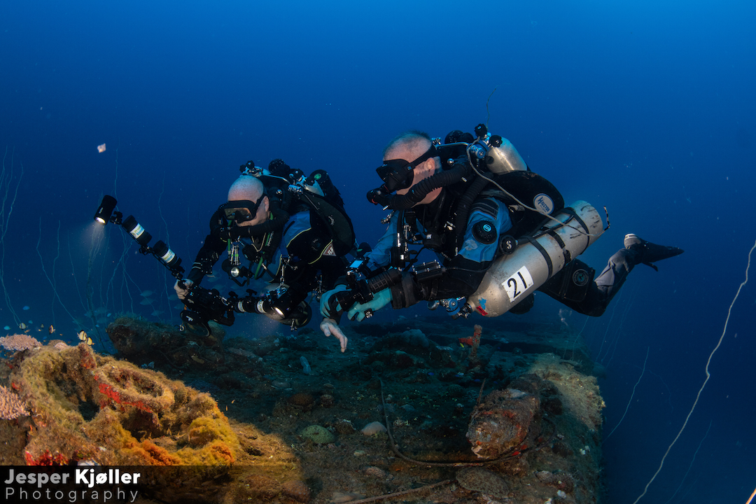32USS Apogon Divers Photographing.jpg