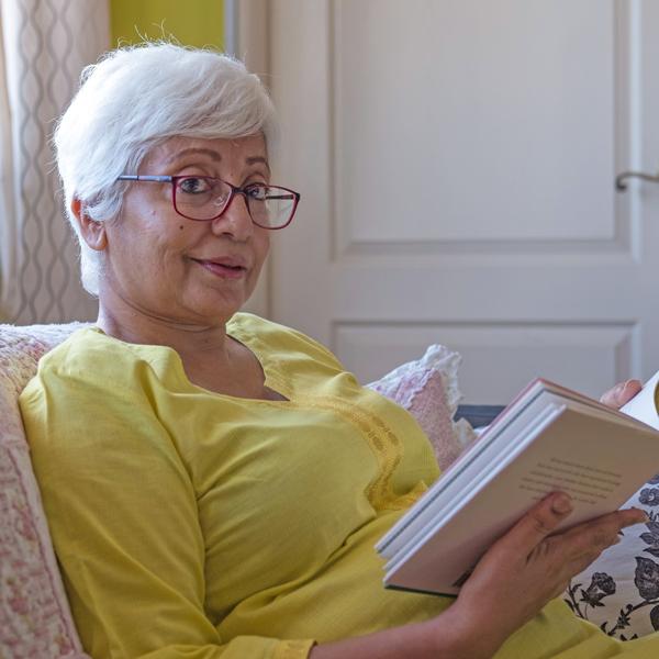 Older_woman_reading_book.jpg