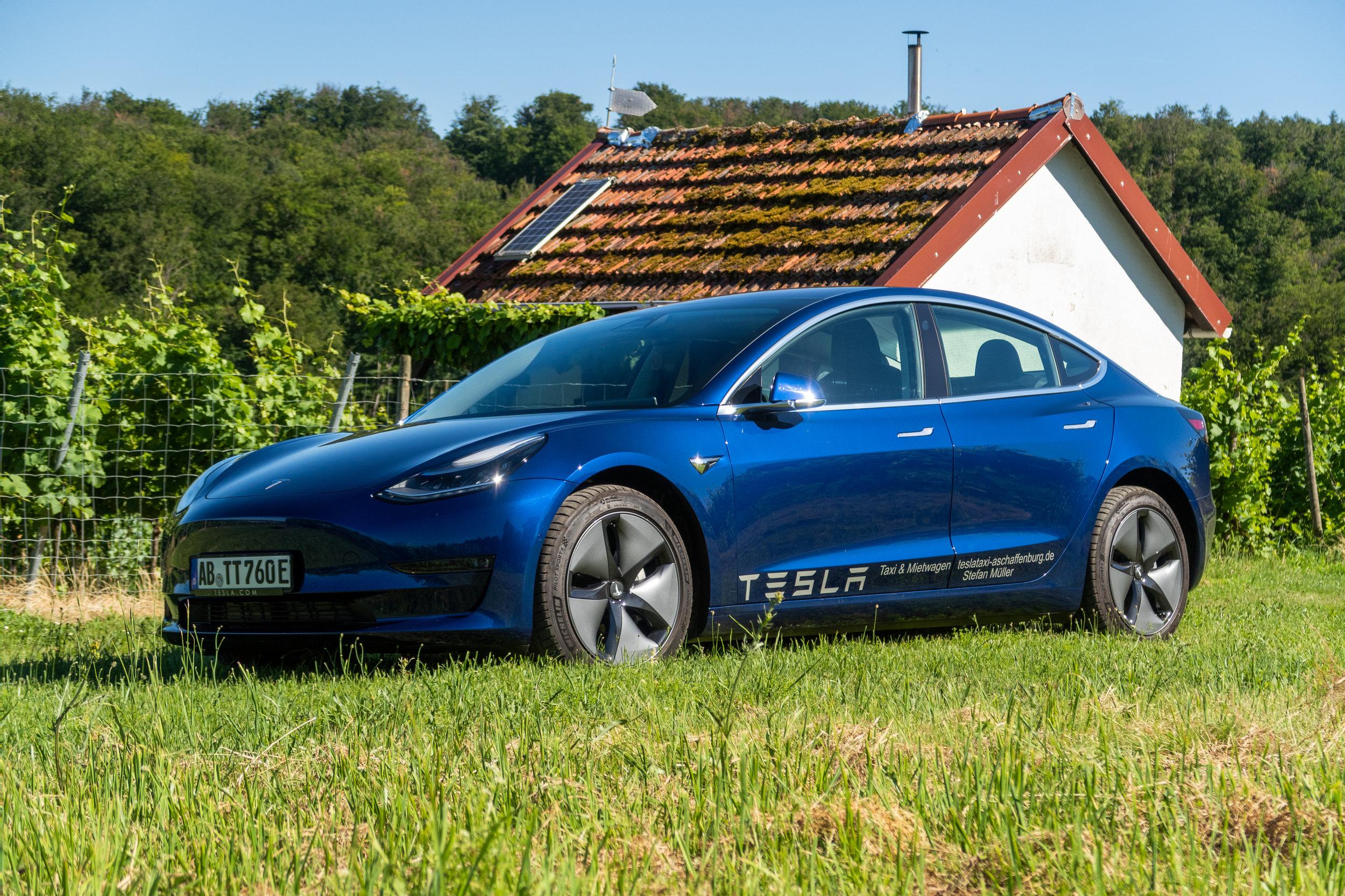 2019 - Model 3 - Um der erhöhten Kundennachfrage gerecht zu werden, durften wir 2019 einen Neuzugang in unserem Fuhrpark begrüßen, das Tesla Model 3. Es ist laut Euro NCAP zudem der sicherste PKW der Welt.