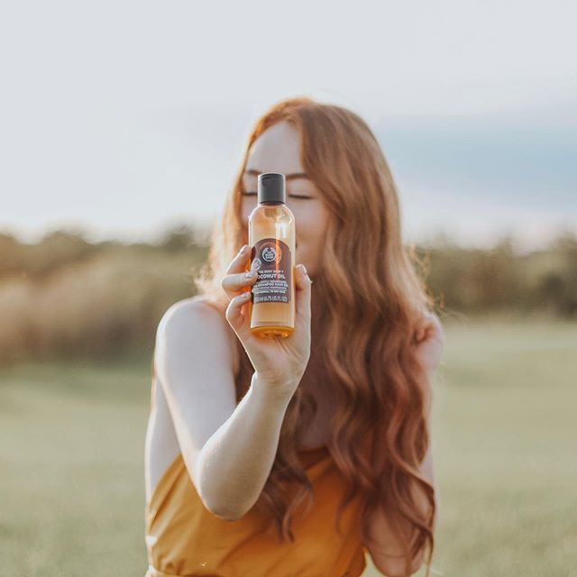 Advertisement @thebodyshop ⠀ ⠀ I've been using this pre-shampoo hair oil before showering for the past couple weeks, and it has made the BIGGEST difference in my hair's texture and shininess. My hair literally shimmers gold in the sunshine ☀️ ⠀ ⠀ #thebodyshopCA #MyHairDontCare #thebodyshopwinnipeg