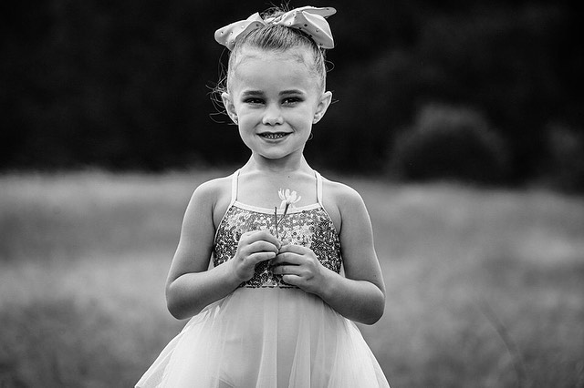 What a joy to photograph this ballerina in a field with tall grass, dragonflies and sunshine! Couldn't resist the black + white! Swipe to see 👉... For @dancebycarly  #smalpresets #jeanamarinophotography #austinphotographer @mrsgeorg