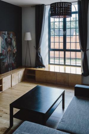 kaboompics_Modern-loft-apartment-full-of-art-1-e1501724591711.jpg