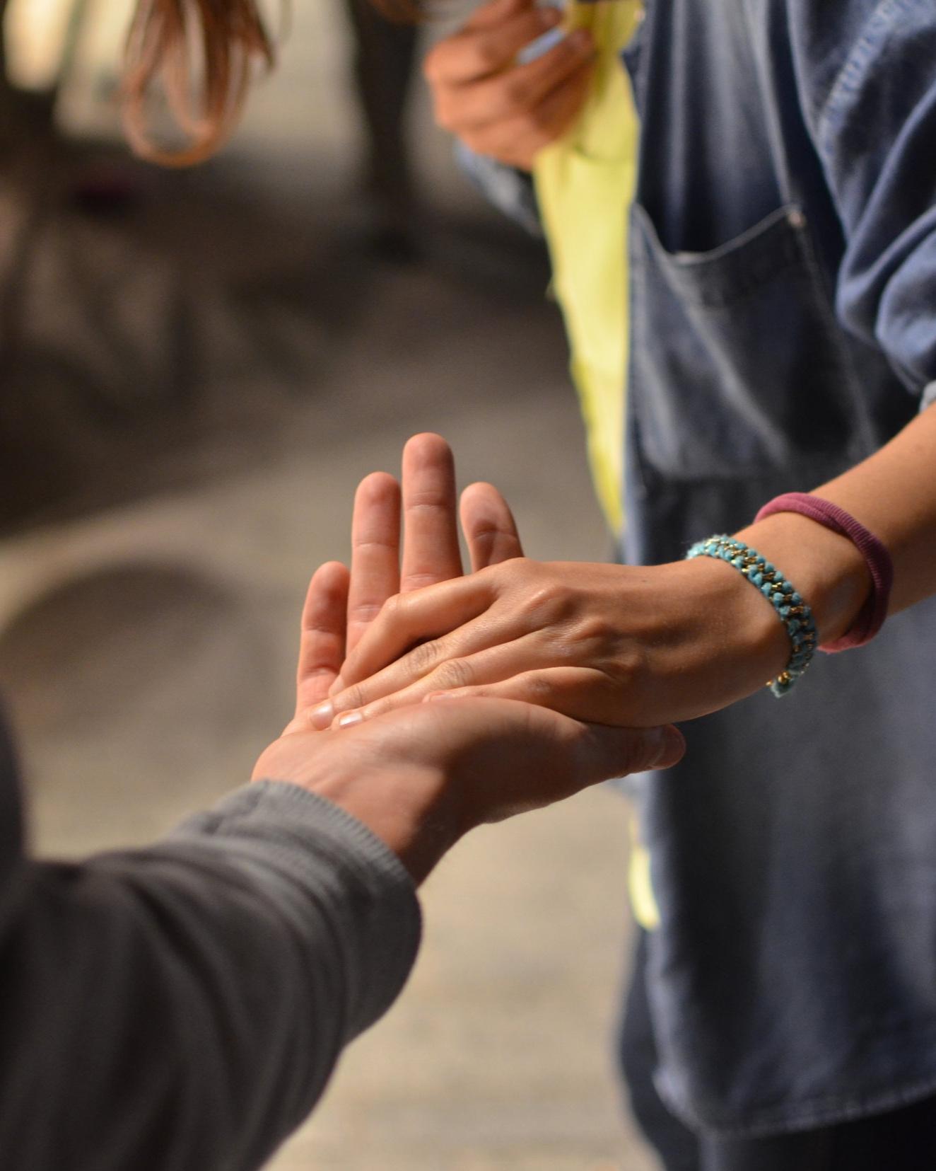 Werkwijze - De diaconie ondersteunt mensen die (tijdelijk) in de knel zitten, zowel plaatselijk als wereldwijd.Bij de diaconie gaat het vooral om solidair zijn, voor elkaar instaan, proberen in te voelen wat de medemens is overkomen en waar zij/hij mee zit en vervolgens naast diegene gaan staan.We bieden niet alleen financiële hulp maar kunnen ook de schakel naar de juiste professionele hulp zijn als dat nodig is. Er zijn goede contacten met de gemeente Dronten en de overige instanties.