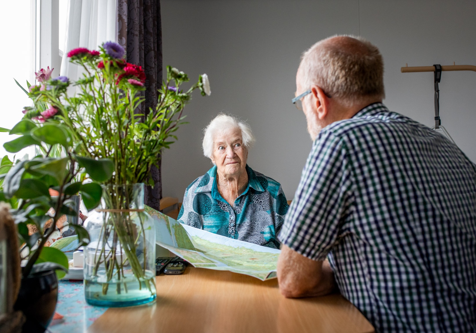 Ouderen bezoekwerk - Iedereen die ouder is dan 80 jaar (dit was 75 jaar jaar en wordt in dit jaar 2019 verhoogd naar 80 jaar, dat gaat geleidelijk in de komende 5 jaar)  krijgt bezoek van een bezoeker. Momenteel zijn er ruim 650 75-plussers in onze gemeente, waarvoor de ruim 85 ouderenbezoekers actief zijn.De ouderenbezoekers gaan op bezoek bij de hen toegewezen bezoekadressen in een frequentie die door de 80+er zelf op prijs wordt gesteld. In elk geval besteedt de ouderenbezoeker aandacht aan verjaardagen en jubilea van haar/zijn 80+er. Ook geeft hij/zij aandacht bij hoogtepunten en verdrietige of moeilijke omstandigheden.