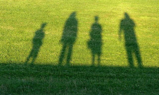 """Ilmiö, joka huolestuttaa kaikkialla - Olemme vanhempina ja transprosessia läpikäyneinä huolissamme ilmiöstä, joka satuttaa etenkin heikoimmassa asemassa olevia - alaikäisiä, homoseksuaaleja ja mielenterveysongelmista kärsiviä, sekä perheitä ja seksuaaliterveyttä.Viime vuosina yhä useampi, jopa 5-10% alaikäisistä, on ilmoittanut olevansa muuta sukupuolta kuin mitä heidän kehonsa ja henkilötunnuksensa antaa ymmärtää. Sosiaalinen media ja transasian aktiivinen promotointi on räjäyttänyt erityisesti """"transpoikien"""" lukumäärän kaikissa länsimaissa. Näitä itsensä transdiagnoineita uusheränneitä perheineen hoidetaan """"translapsina"""" väkivaltaisin hoidoin, esim. Ruotsissa mastektomioita (rintojenpoistoleikkaus) tehdään jo 14-vuotiaille, ja lapsia huostaanotetaan jos vanhemmat eivät suostu hoitoihin.Lue lisää…"""
