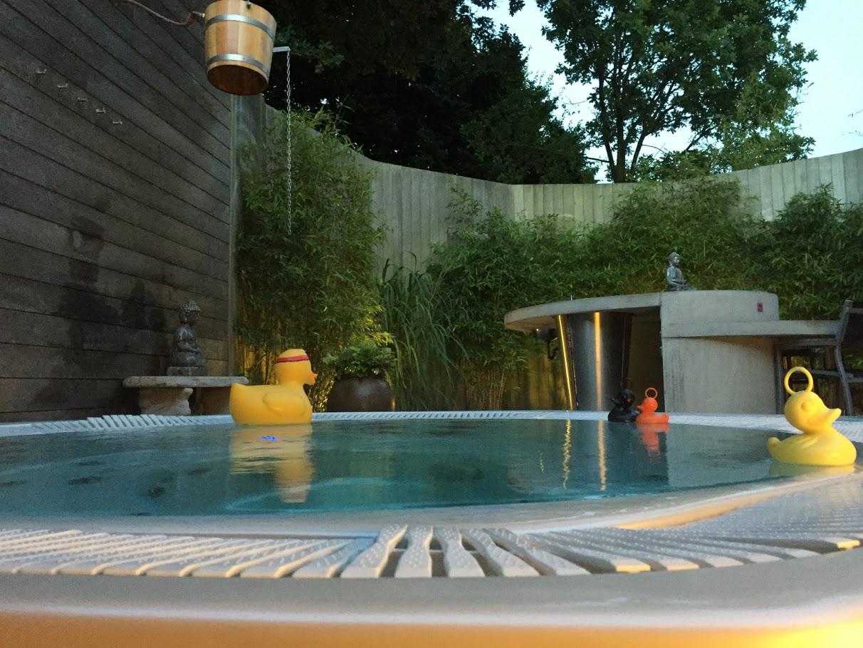 Geniet in onze heerlijk warme buitenjacuzzi. De buitentuin is mooie afgesloten en helemaal privé voor jullie! 's Avonds gaat de sfeerverlichting aan en is alles heel romantisch… GENTIETEN MAAR!