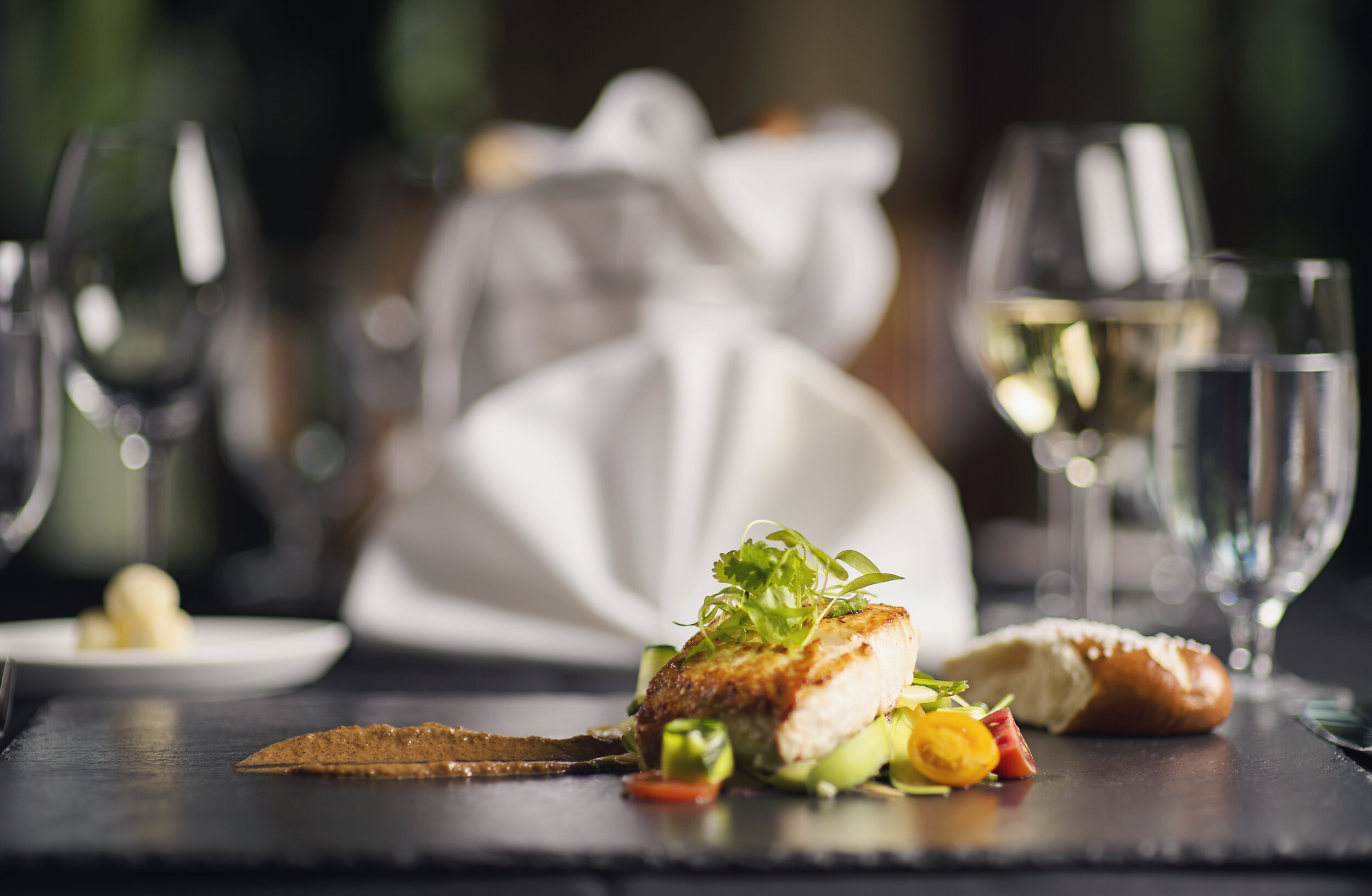 DINING - Set within the Clubhouse are numerous dining experiences for members to enjoy. Isleworth's professional team of chefs is trained in a multitude of culinary arts, creating menus which draw upon cultural inspirations, seasonal ingredients and organic selections.