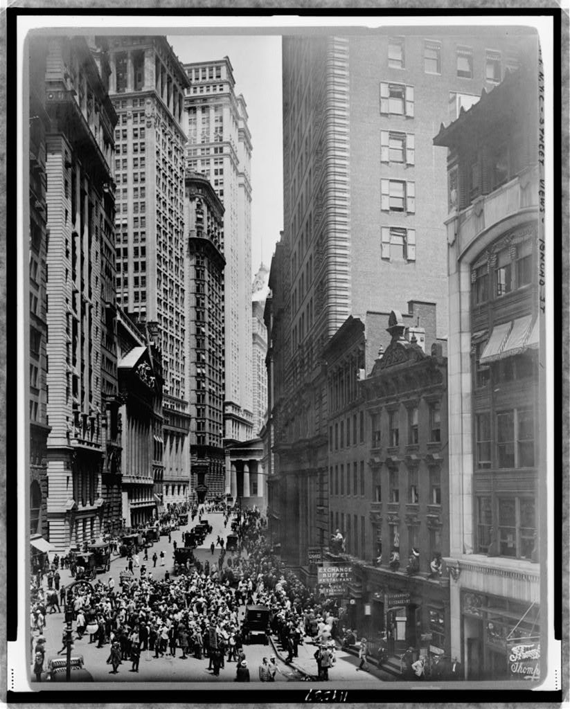 The market on Broad Street. Image courtesy of the Library of Congress.