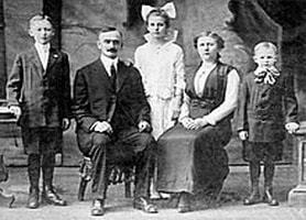"""Portrait of the Trump family, from left to right: """"Fred"""" (Frederick Christ), Frederick, Elizabeth, Elizabeth Christ, and John, 1915"""