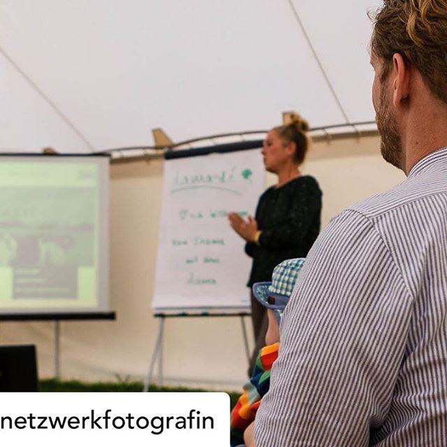 Rückblick - Besuch der @die_netzwerkfotografin beim Event von @lamaste_silke 🔽🔽🔽 Posted @withrepost • @die_netzwerkfotografin 💛 Guuuuten Morgen! 🎈  Dieses Foto entstand bei meinem Besuch beim @torfhub und zeigt Silke von @lamaste_silke  Sie hat in einem Vortrag ihr  tiergestütztes Lama-Coaching und die Lama-Therapie-Angebote vorgestellt. 🙏🏻 Für Unternehmen bietet sie  praxisrelevante Führungskräfteseminare und Team-Workshops an.  Ich werde mir auf jeden Fall mal so ein Lama von Nahem ansehen. 🙃 Und wenn mir die Tiere noch etwas über Achtsamkeit beibringen können, bleibe ich auch etwas länger. 🍃  Der Vortrag war gut besucht und somit war der Abend ein voller Erfolg - für das @torfhub und für die Bekanntheit der Möglichkeiten mit den tollen Tieren! 💛