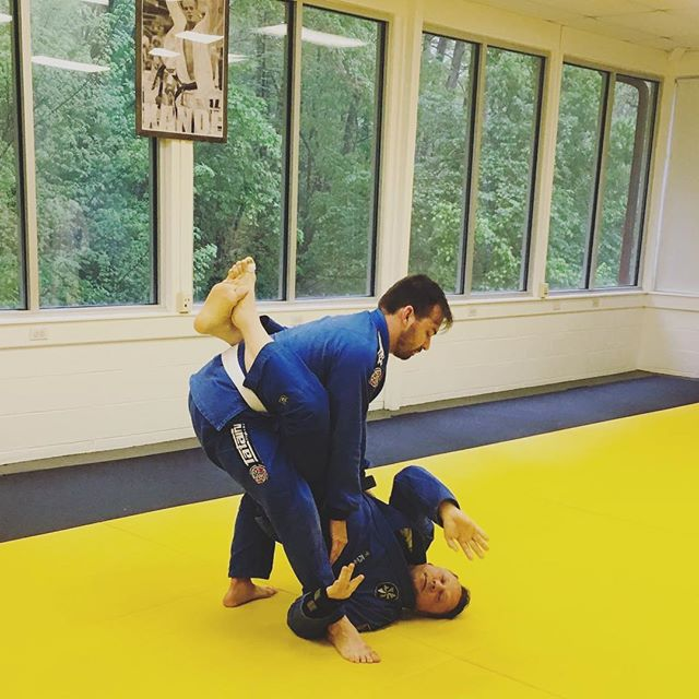 Professor Teddie showing the finer details in the All Levels Class #ribeirojiujitsu #6blades #flowpressurefinish #youneverfightalone #goldisintheheart @ribeirojiujitsu @bjjlibrary @unijjsd