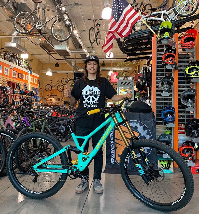 Super Sick build on this new Demo 29 going home with Bryce! This bike is engineered to go fast and send it deeep!! Bryce is the perfect pilot for this beast and we look forward to him representing AMC at future races in the Pro category!! @helblingmtb #allmountaincyclery #bootlegcanyon #iamspecialized #specializeddemo29 #newbikeday #dh #sendit #freeridemtb #lasvegas #bouldercity #america #supportlocal #shoplocal #buylocal #fun