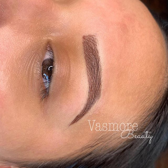 Zooooom 👀combo brows 🧚🏼♀️hairstrokes and shading  I always recommend this technique when you have naturally sparse brows and want fullness, and if you're not a good candidate for Microblading only  Swipe to see her before ➡️