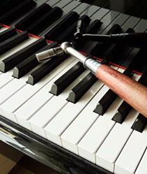 Pianonvirityskampi pianon koskettimistolla
