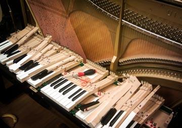 Pianon koskettimet korjattavana (Yamaha U1)