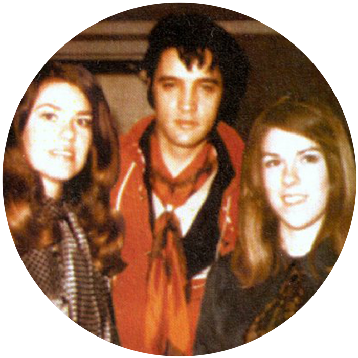 The Holladay Sisters - 1969 - American Sound Studios in Memphis, Tenneessee - Elvis Presley arbeitete an seinem Mega Comeback und sang Hits wie Suspicious Minds, In the Ghetto, Don´t cry Daddy oder Any Day Now ein. Mit dabei, die beiden blutjungen hochbegabten Schwestern Ginger und Mary Holladay. Der Rest ist Musikgeschichte! Bis 1975 begleiteten die Holladay Sisters den King im Studio und arbeiteten danach mit Superstars wie Cher, Kenny Rogers, Etta James, Marty Robbins, Dionne Warwick, Dolly Parton, Johnny Cash, Roy Orbison und unzählige mehr!