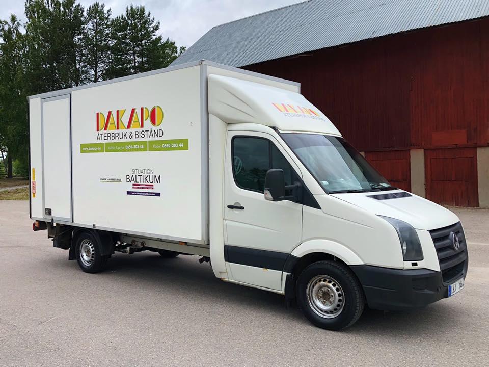 Bidra med varor - Vi tar emot dina gamla kläder, prylar och möbler! En del skickar vi som bistånd till Lettland och en del säljer vi i butikerna i Näsviken!