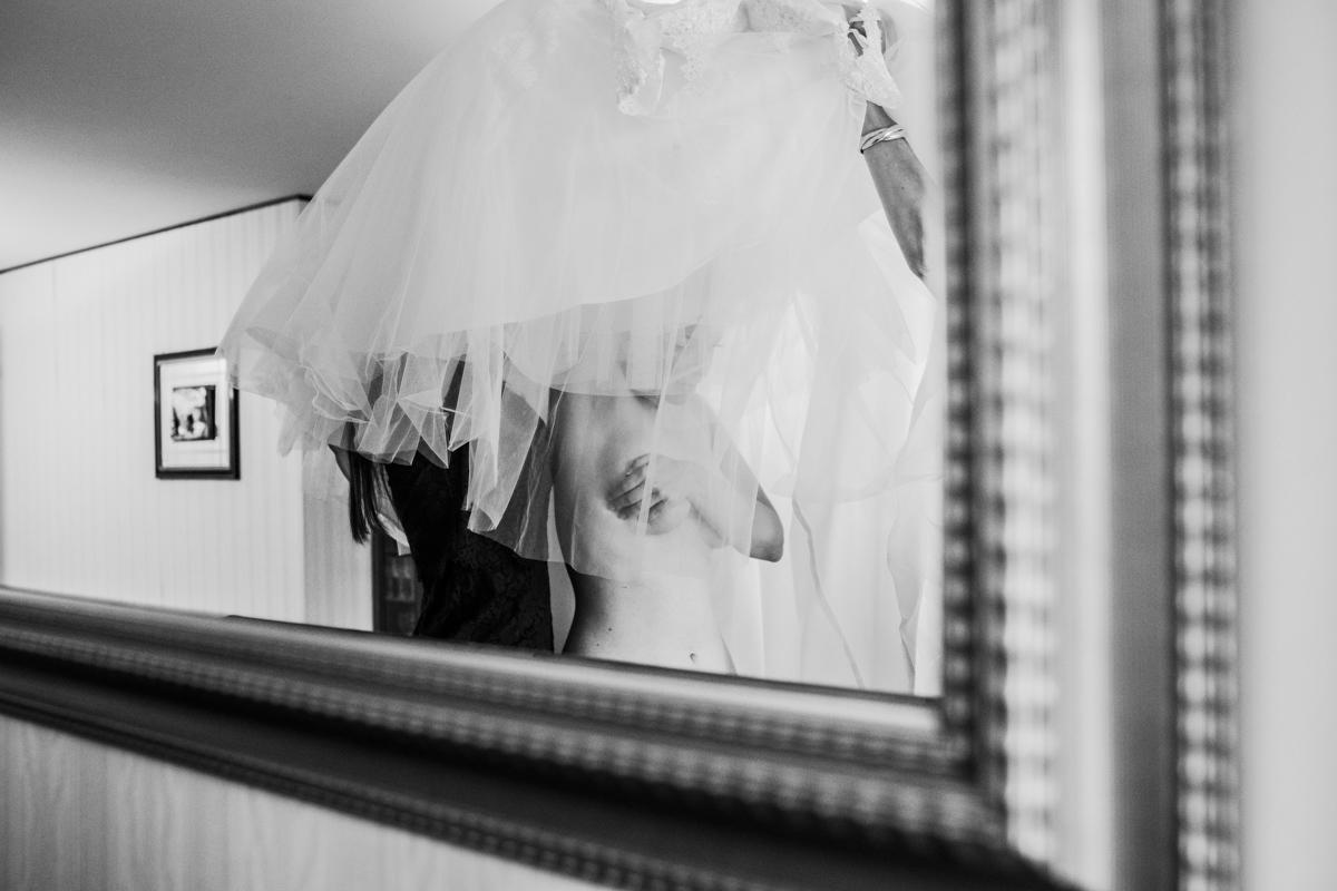 photographe mariage Annecy - détail mise en robe