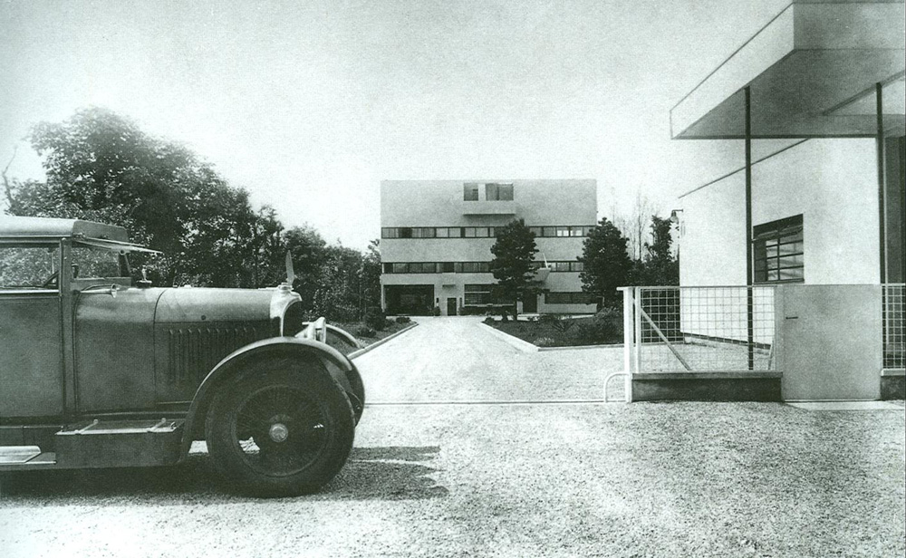 Villa Stein - de Monzie and Le Corbusier's beloved Voisin automobile, 1927. At the time, both as fresh and modern as could be.
