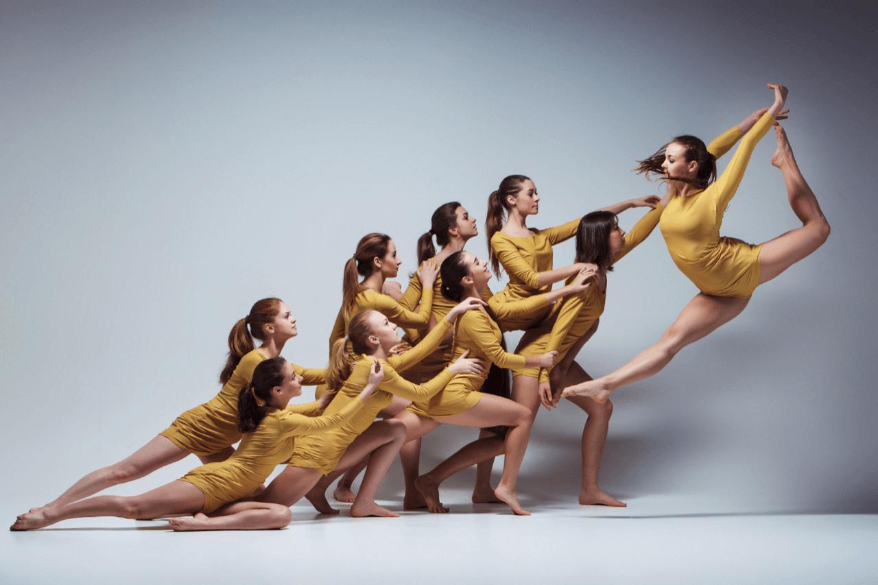 Formacje Ruchu - Formacje pracują w oparciu o technikę tańca współczesnego oraz jazzu. Grupy trenują 3 razy w tygodniu, doskonaląc technikę oraz przygotowując choreografie na turnieje i festiwale. Do formacji obowiązuje nabór, który odbywa się we wrześniu.