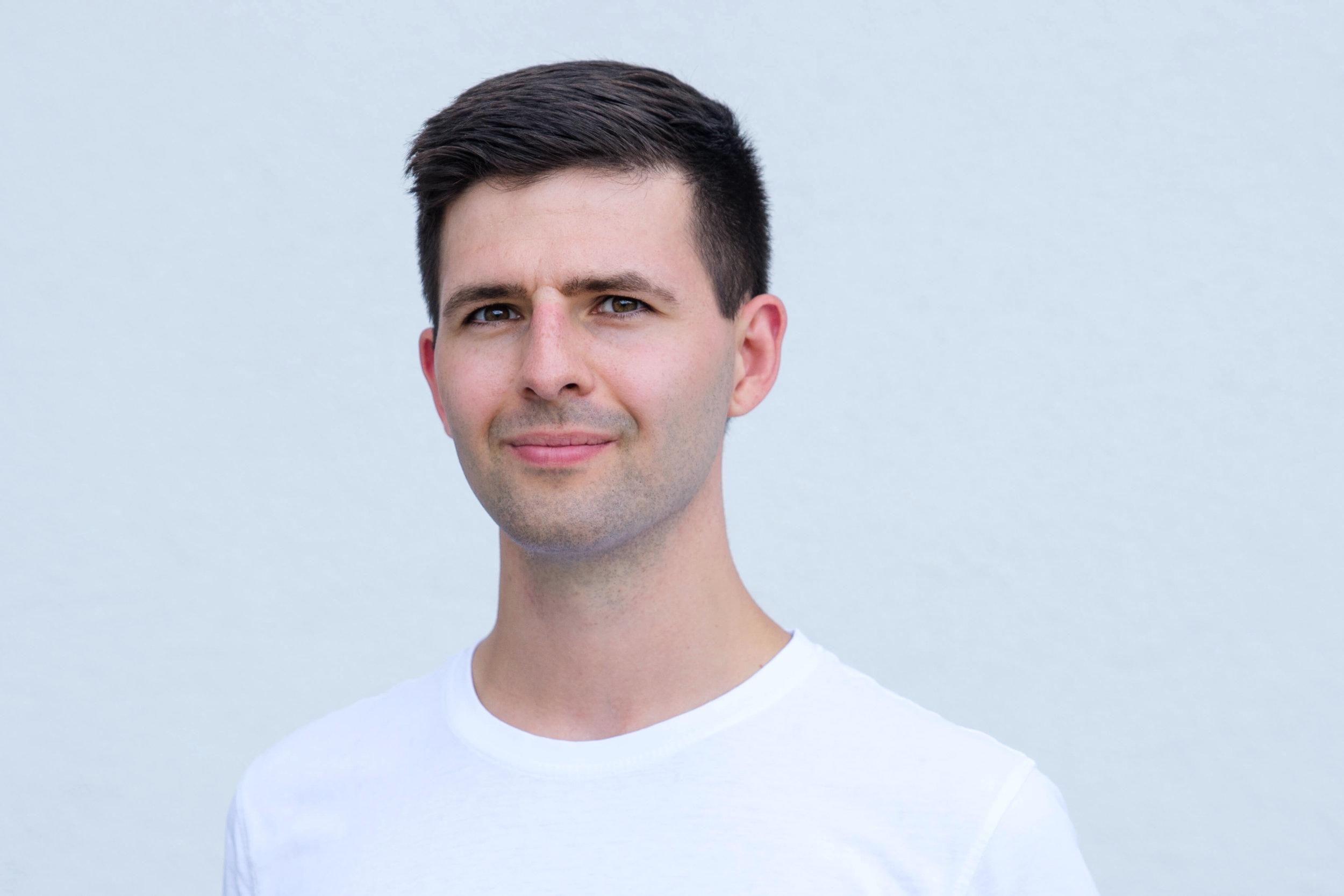 Mateusz Pilutkiewicz - Prowadzi zajęcia związane z analizą ruchu i czuciem własnego ciała. Na co dzień pracuje w gabinecie fizjoterapii i osteopatii. Wieczny student (podobno człowiek uczy się całe życie). W pracy zawodowej kieruje się mottem: