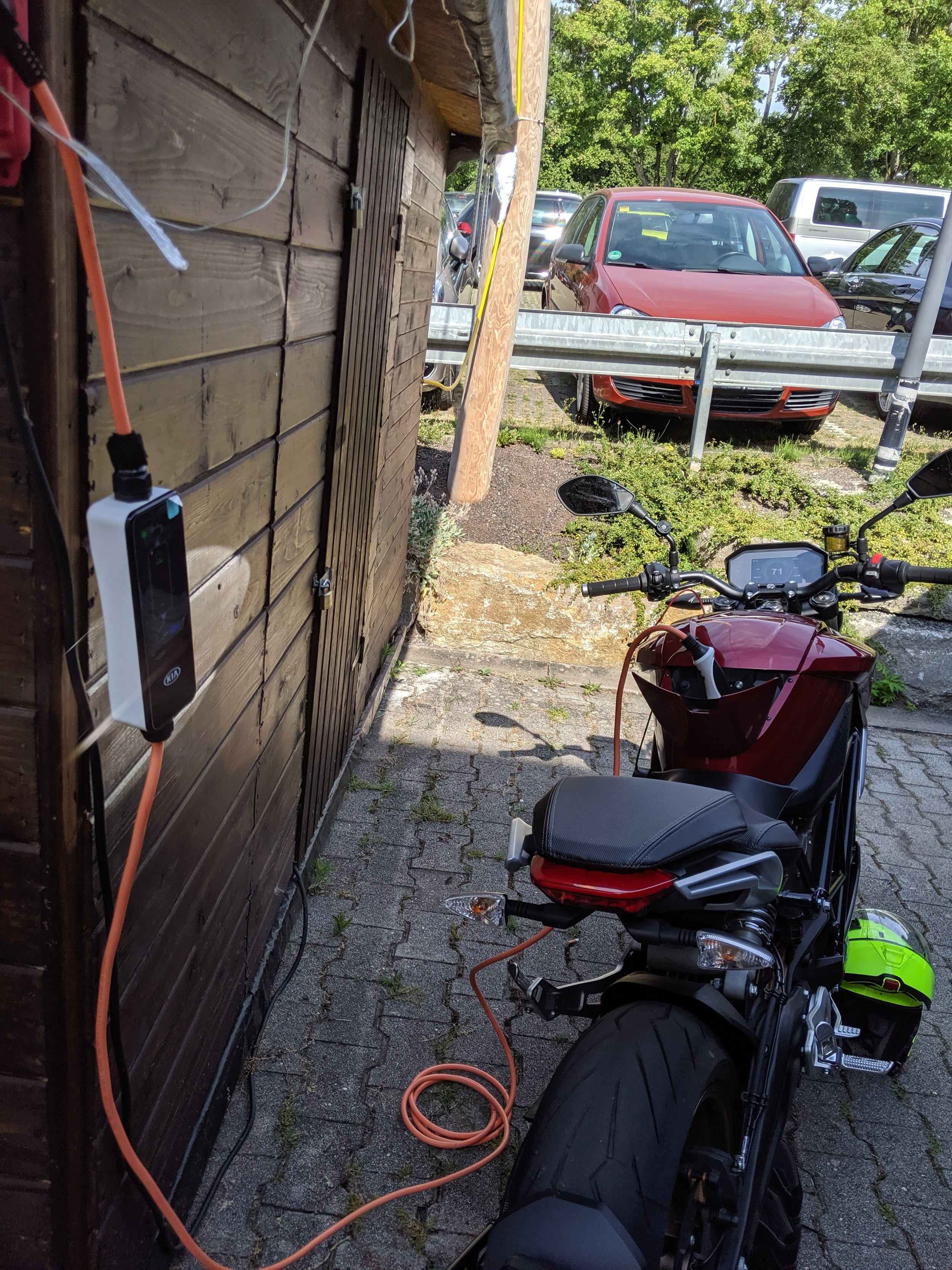Before you know it, here we are, charging up at Haus am Zee, Stuttgart. Is that a KIA granny charger you ask? Yeah, the guys from electricmotorbikes.nl handed me this from the private collection. Thanks!