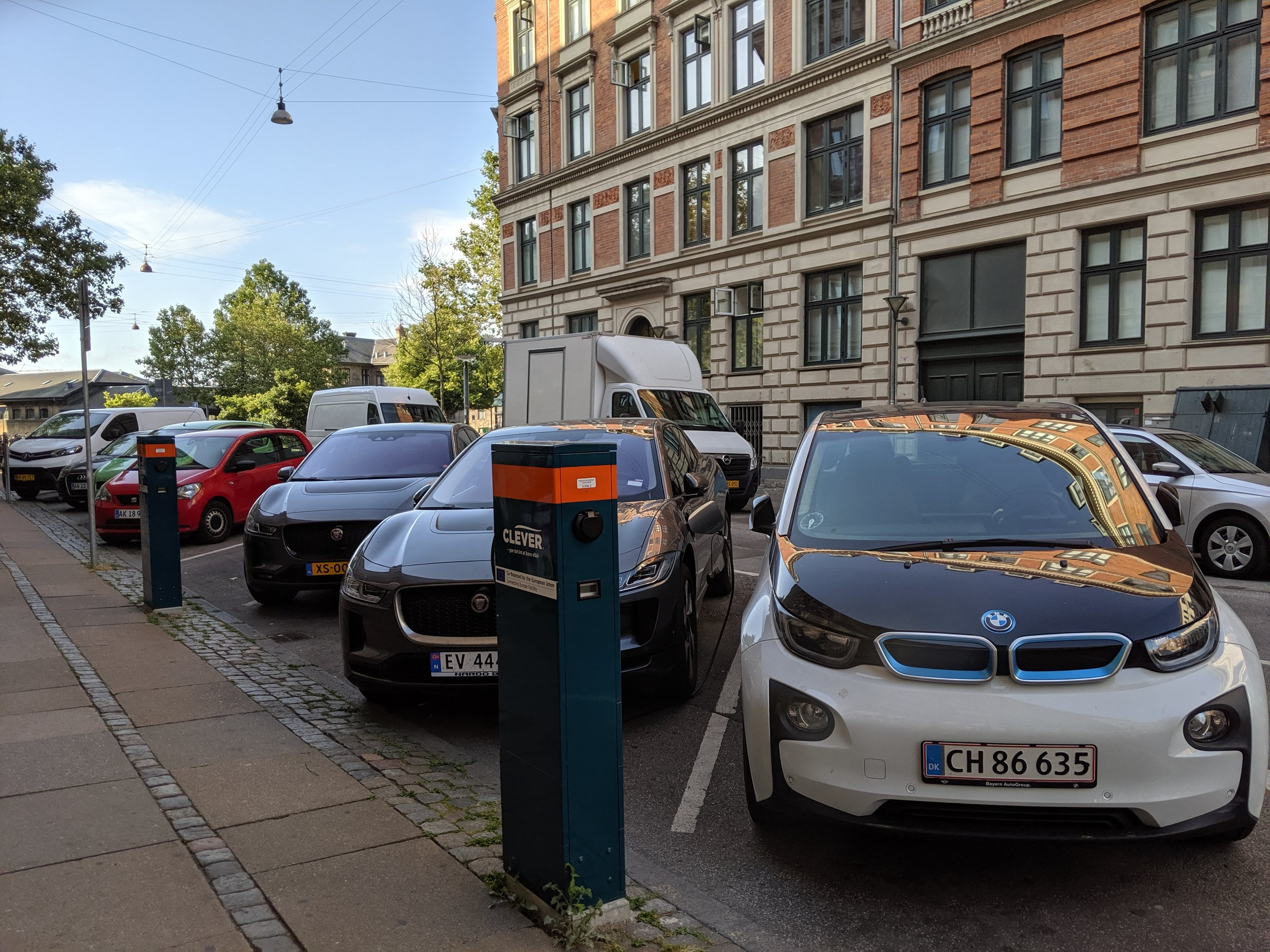 Another i3 not plugged in. One of many I spot all over the city. A Norwegian I-Pace is in fact juicing up.