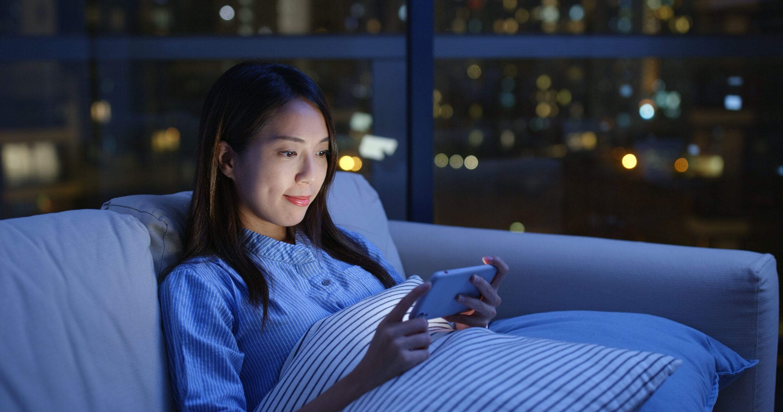 woman-watch-video-on-cellphone-at-night