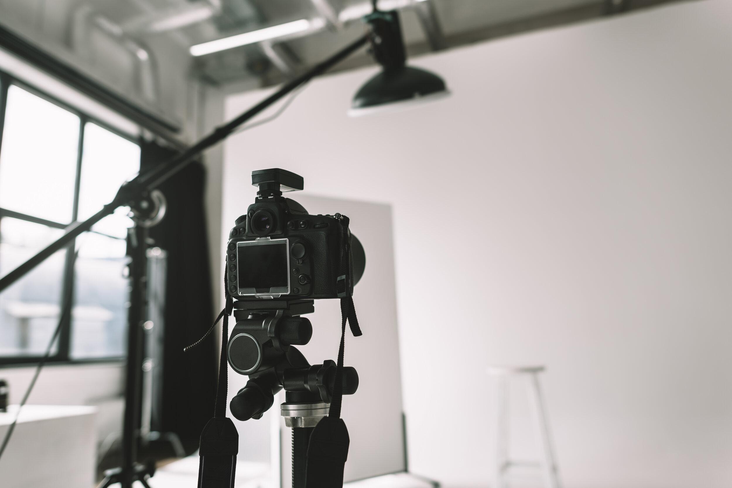 digital-photo-camera-in-photo-studio-with-lighting-6GHVLGR.jpg