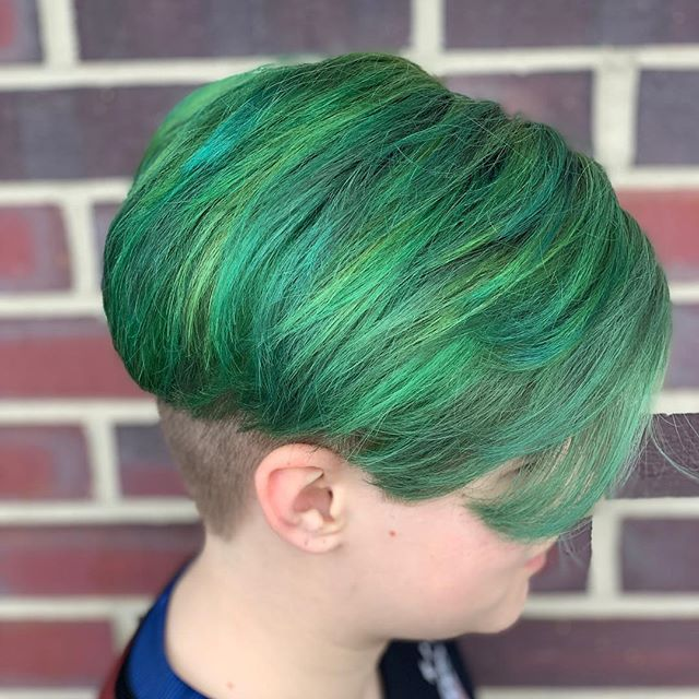 Bringing hair to life ✨ 🐌 🐌 🐌 #salonkb #greenhair #spring #matrix #socolorcult #salonsnearme #vividcolors