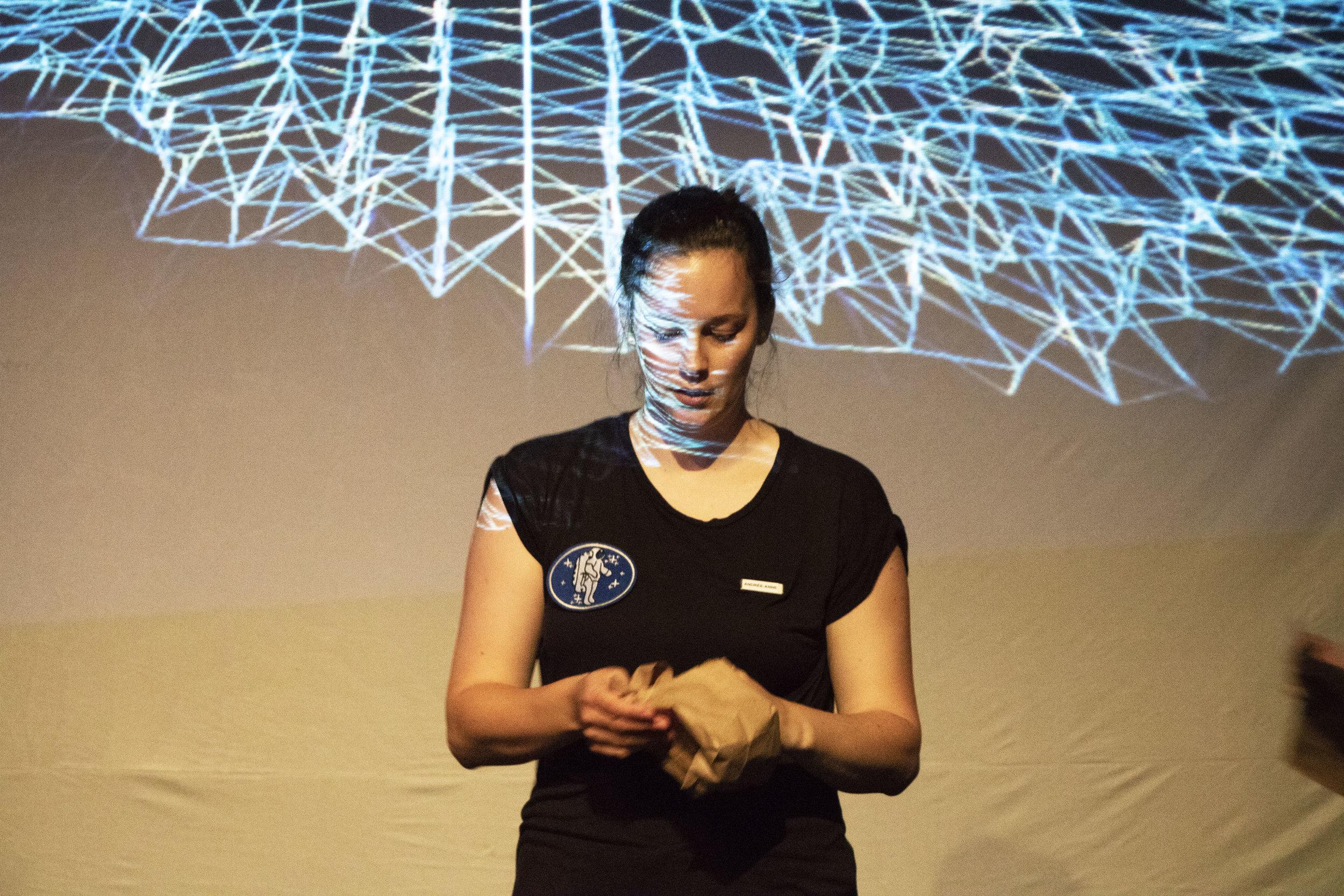 Andrée-Anne Giguère, devant de la projection en direct.