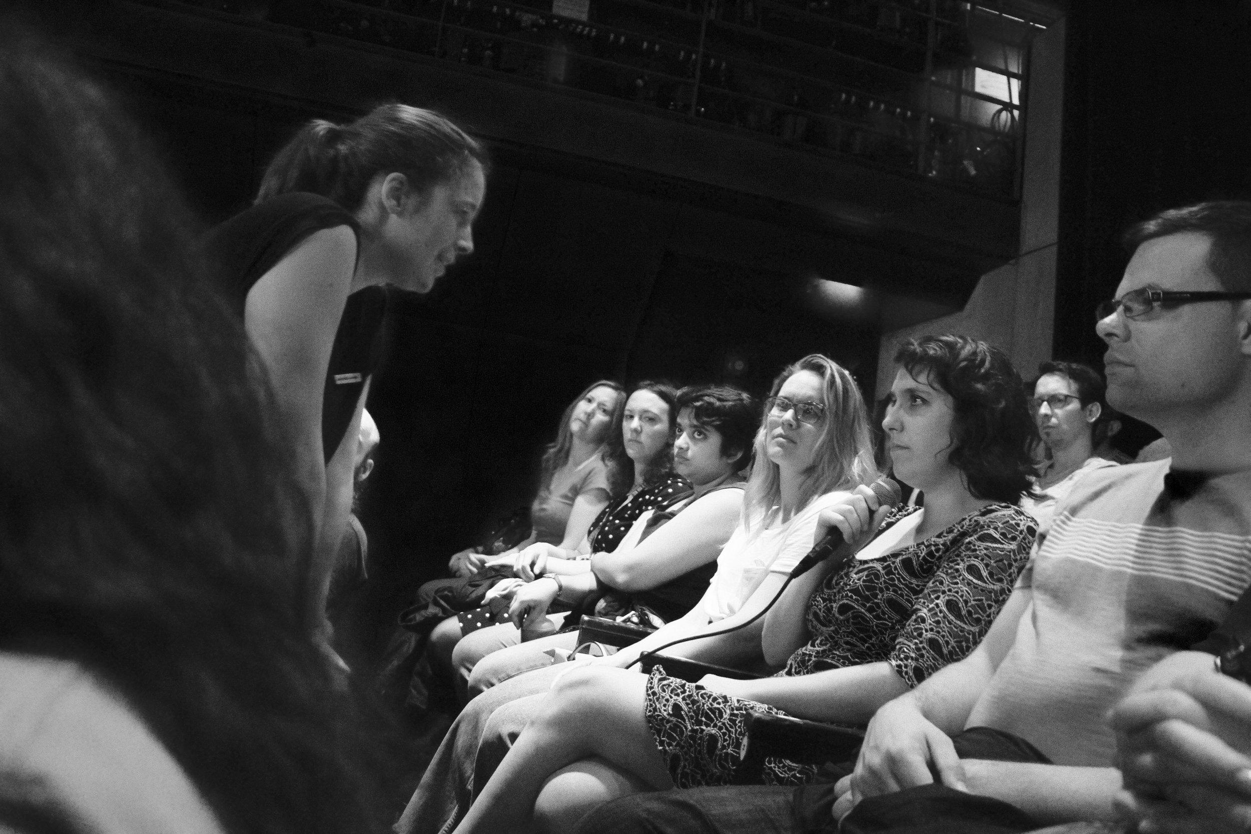 Andrée-Anne Giguère parle avec l'autrice, Marie Ayotte, assise parmi le public.