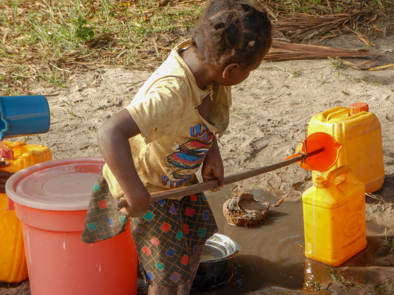 little girl heping mom fetch water-5710.jpg
