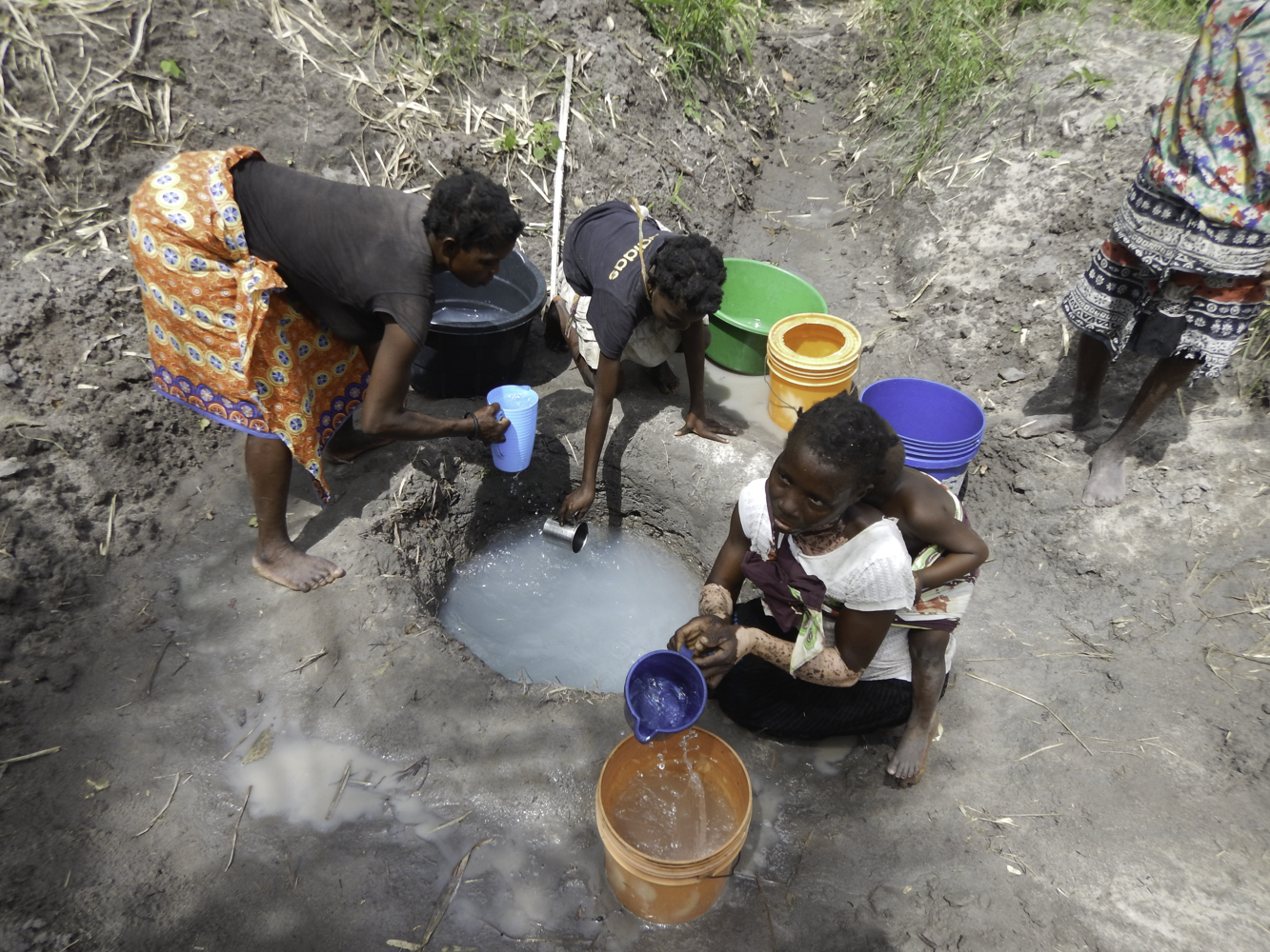 Murragany women dipping water-9880.png