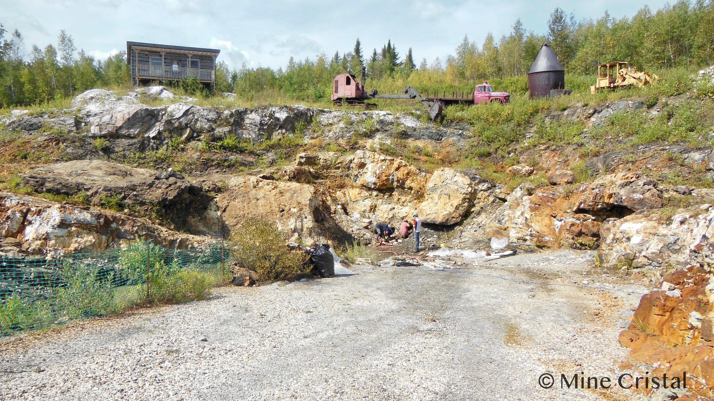 Nous voyons ici la mine de cristal, tel qu'il se présente aujourd'hui. Dans le passé (1959 - 1963), une entreprise fondée par M. Joseph-Armand Bombardier avait envisagé la possibilité d'exploiter,, à des fins industrielles de la roche de quartz à cet endroit. Au cours de notre première année (1989), nous avons défini plusieurs objectifs : récolter des cristaux à petite échelle dans le respect des préoccupations environnementales ; créer un centre d'interprétation qui présenterait la mine aux visiteurs ; offrir des cours sur des sujets liés aux cristaux de quartz. En 1994, nous avons commencé à donner des concerts Sonomeditation™ avec présentation d'instruments de musique faits de cristal. Entre 1989 et 2018, plus de 350 000 visiteurs ont participé à nos différentes activités. En 2019, le volet touristique a été supprimé et le site minier n'est plus accessible au public.