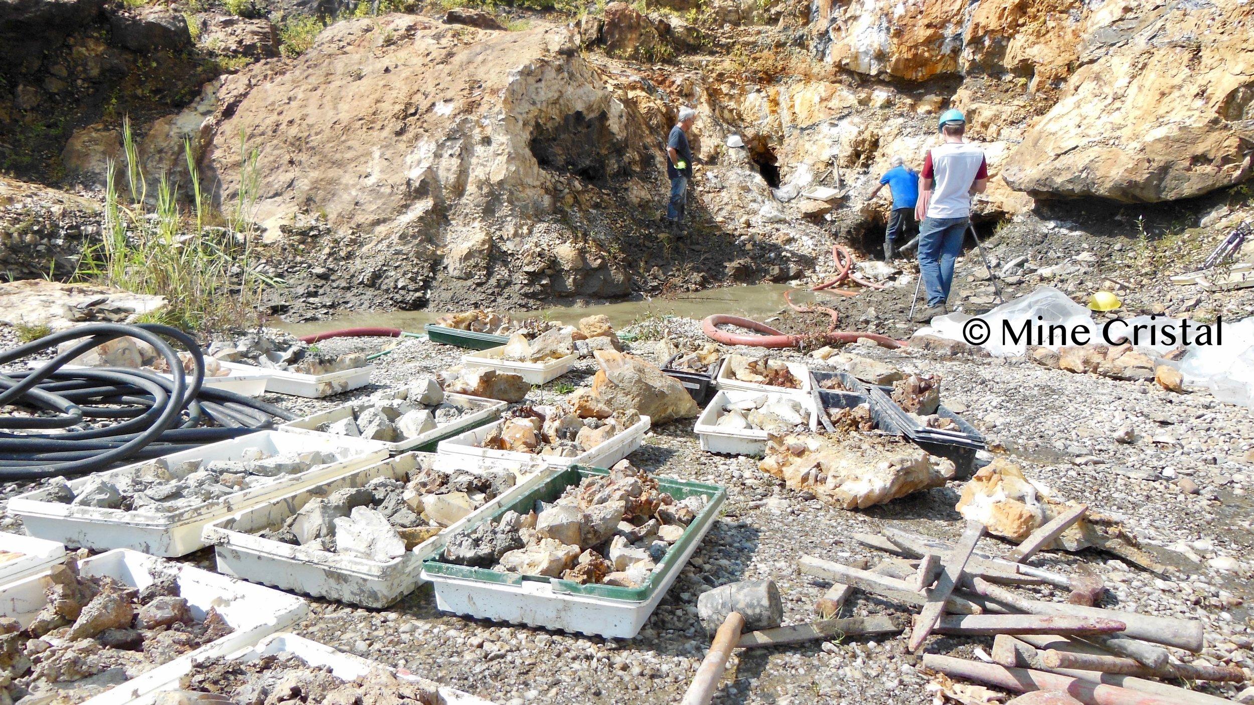 Exceptionnellement (pour une mine), nous récoltons les cristaux à la main. L'ensemble du processus d'extraction est effectué d'une manière qui respecte l'environnement et les cristaux : nous nous efforçons de conserver les cristaux entiers et dans un état parfait.