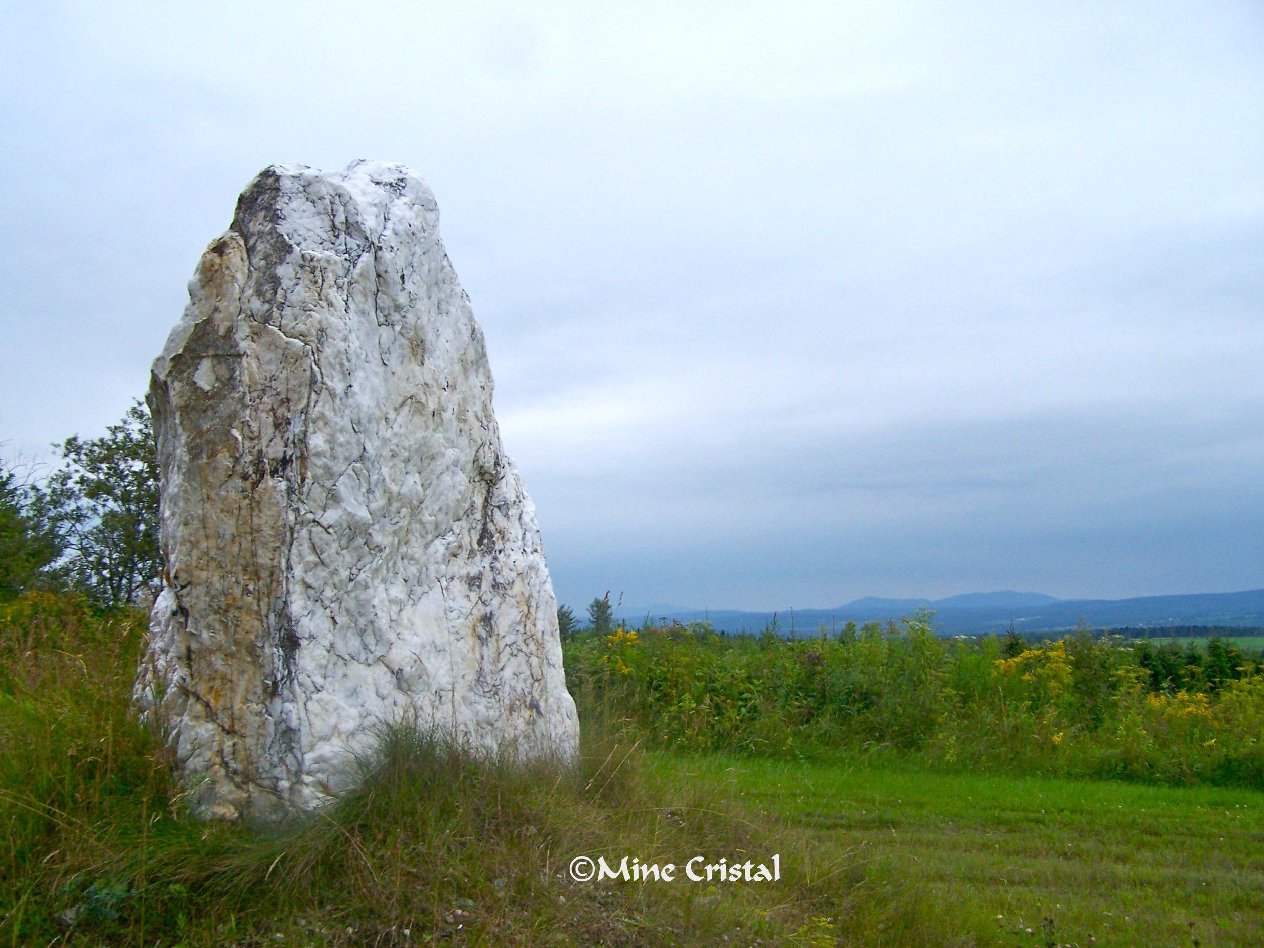 Mine Cristal est situé dans les Appalaches à 400 mètres d'altitude, dans une pinède avec vue magnifique sur les montagnes lointaines. Nous espérons vous voir à notre prochain événement du cristal!