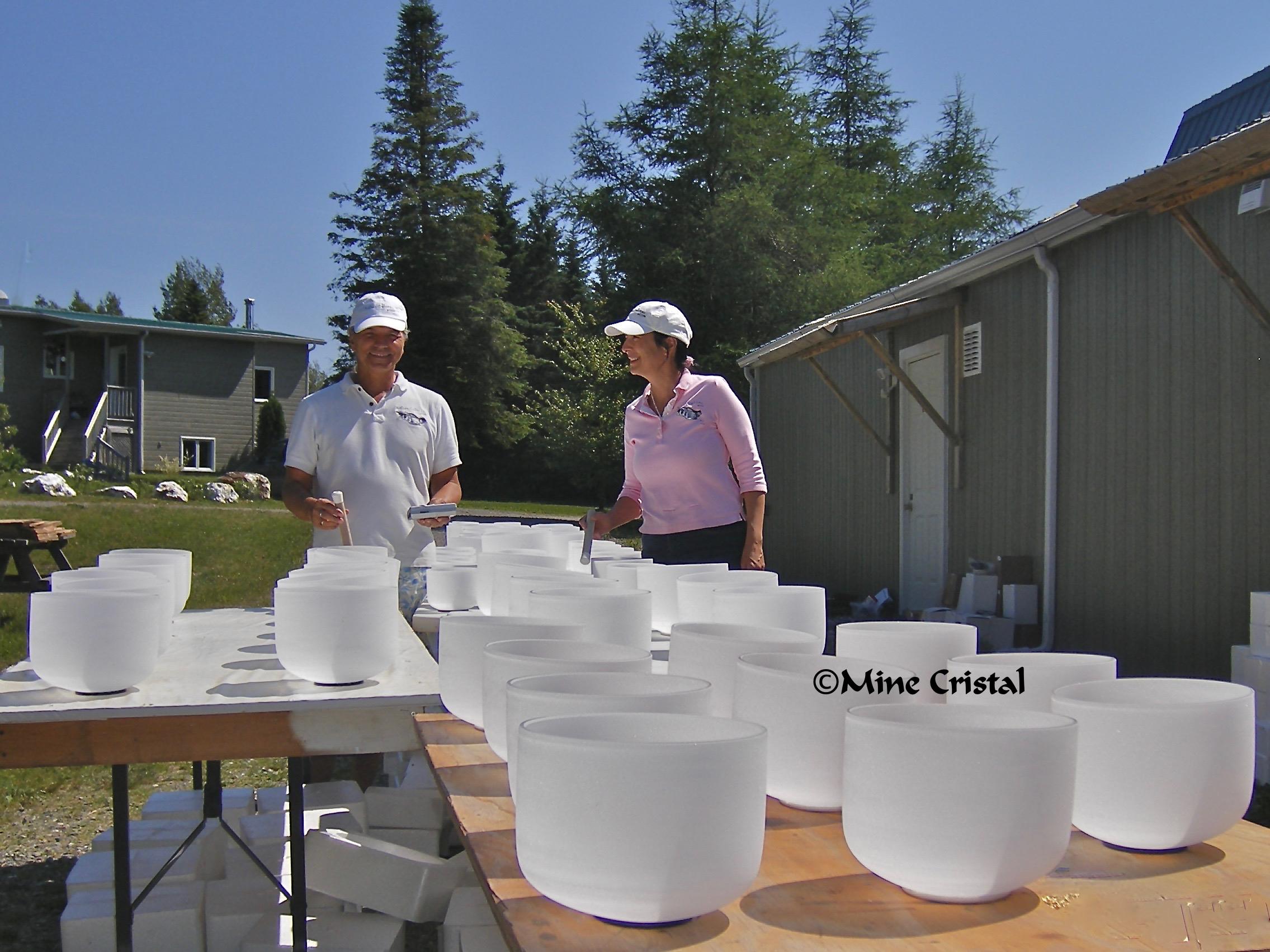 Gaudry Normand et Pauline Normand ont découvert les vaisseaux de cristal en 1994. Nous les voyons ici vérifiant l'envoi récent de vaisseaux de cristal fabriqués sur mesure qui seront vendus dans la boutique de Mine Cristal lors du prochain événement du cristal.