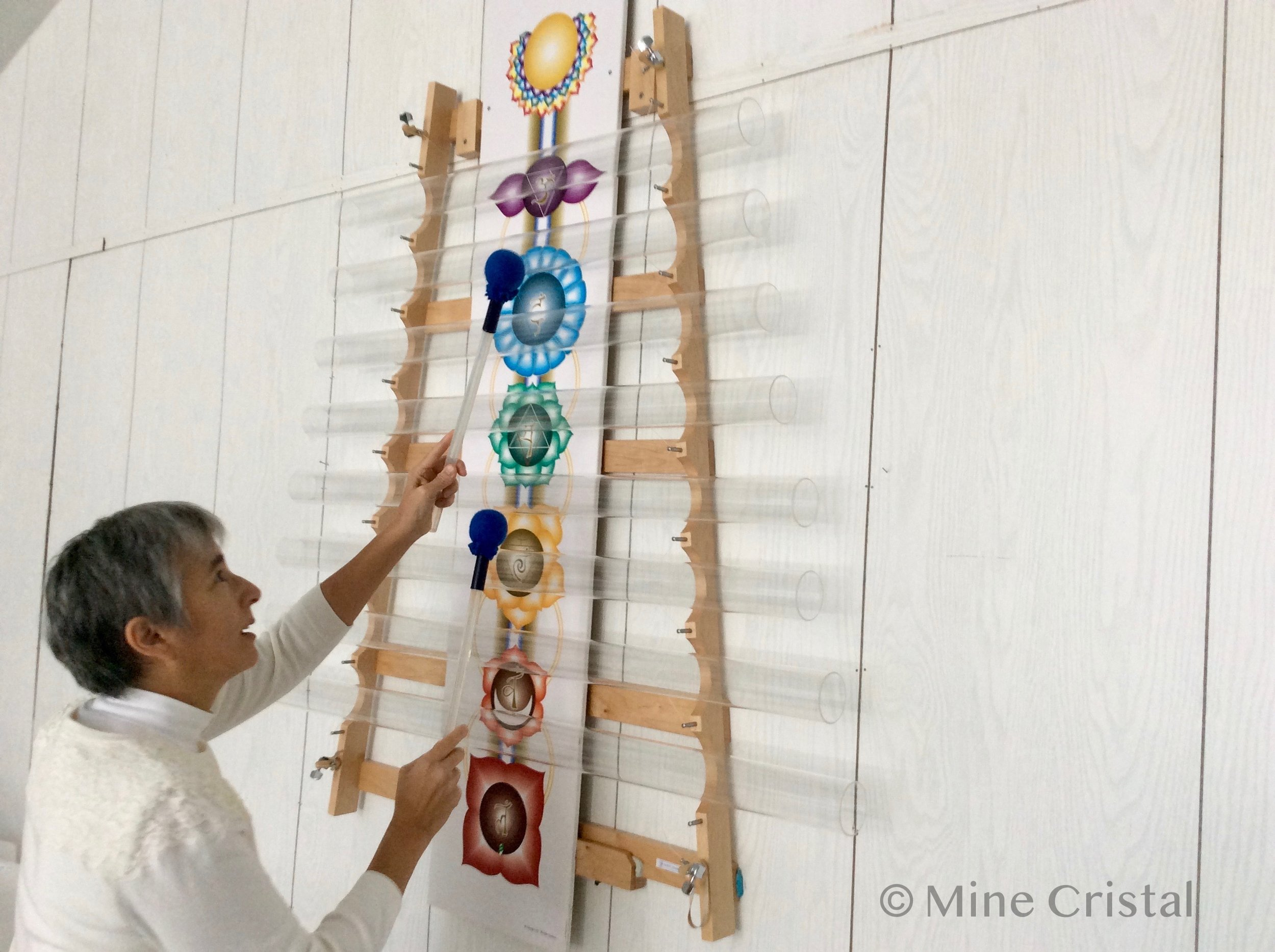 The crystal instruments produce sounds that are absolutely unique! Here Pauline plays a giant   Quartzophone   harp.