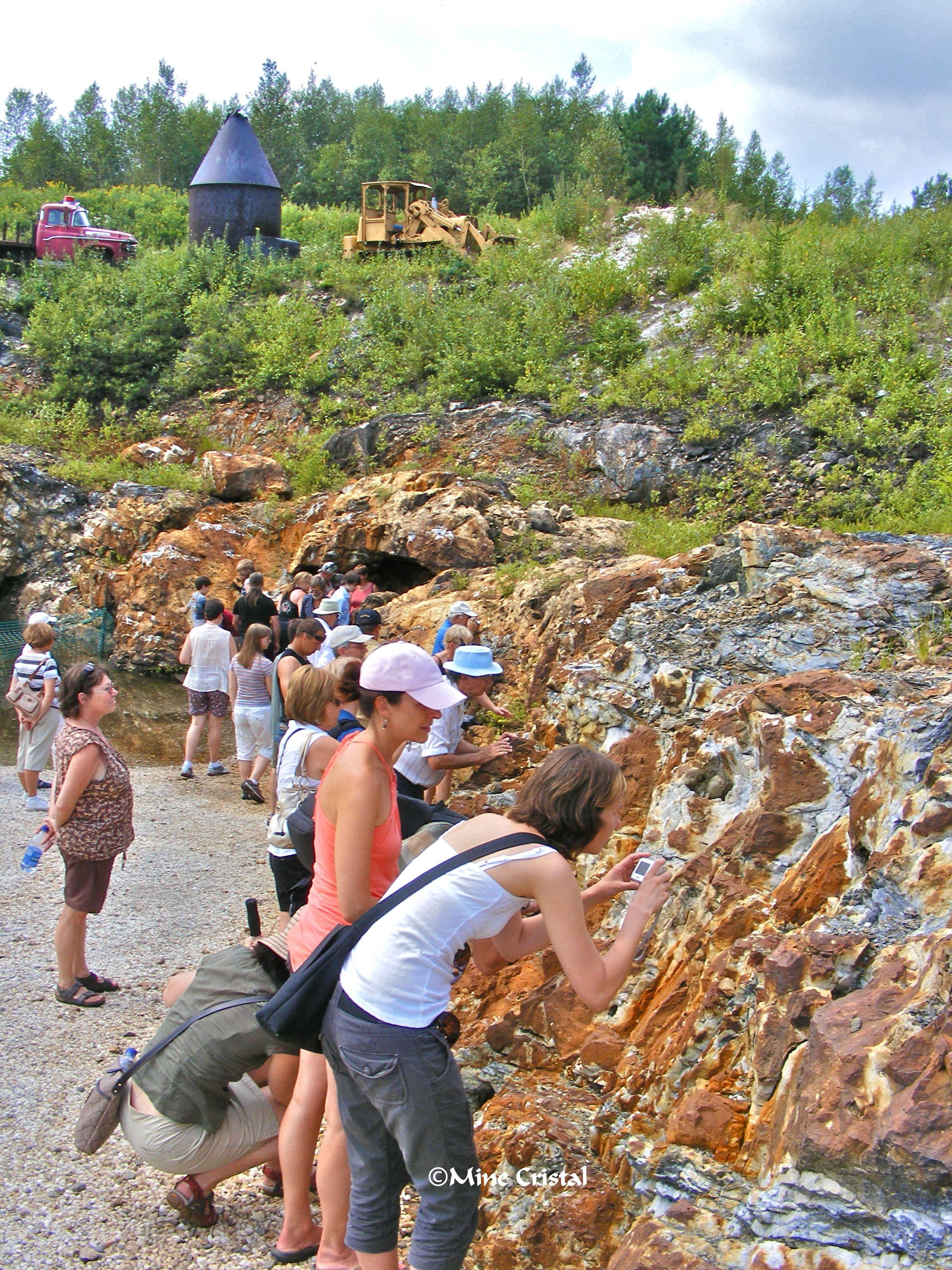 Les visiteurs ont découvert une veine de quartz géante, avec des cristaux jaillissant ici et là dans les fissures et les cavités de la veine.