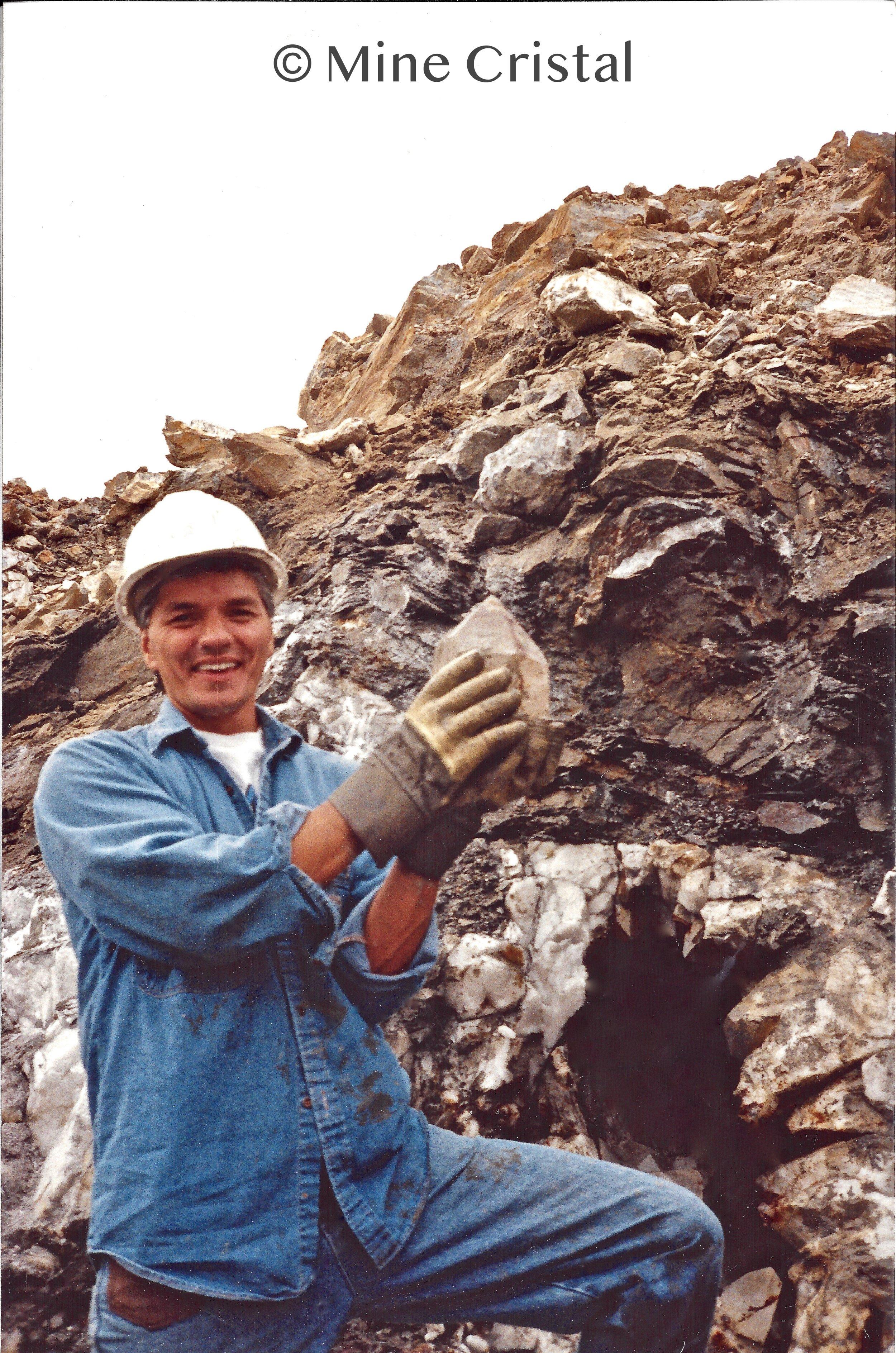 En 1989, Gaudry Normand et Pauline Normand fondent Mine Cristal et se lancent dans l'exploration minière à Bonsecours. Ils ont découvert un riche gisement, une veine de quartz blanc géant contenant de magnifiques cristaux de quartz. Les recherches ont révélé qu'il s'agissait de la seule région minière au Canada capable de produire à la fois des quantités commerciales de quartz et des cristaux de quartz de première qualité.