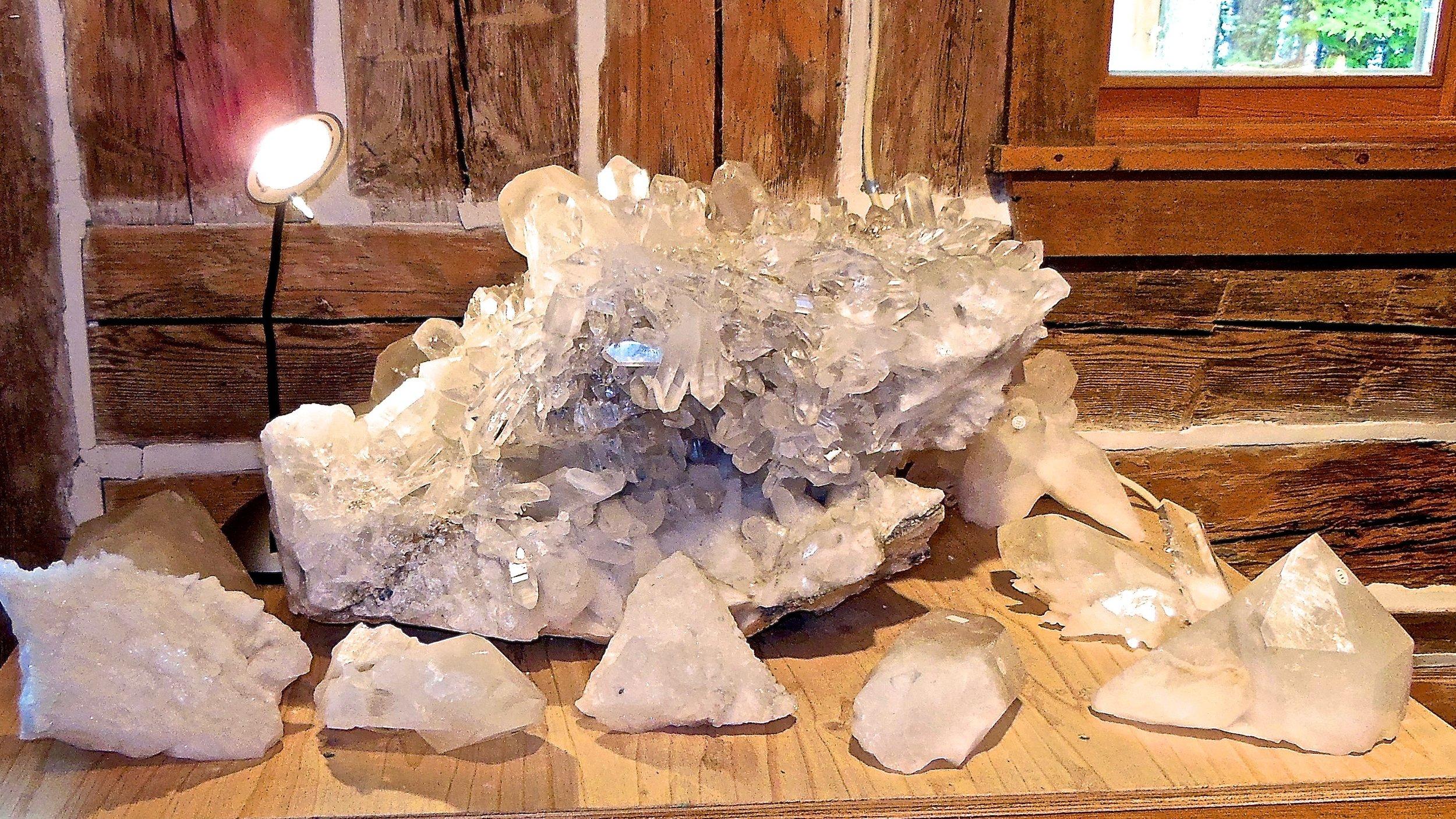 Dans la boutique et le musée, tous les spécimens de notre mine de cristal sont présentés dans un état pur et naturel.