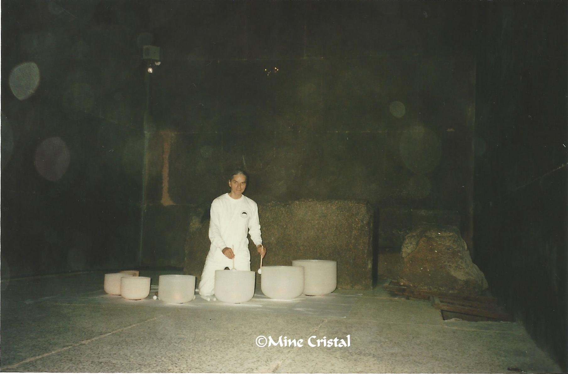 En 1995, les Normand se sont rendus à la pyramide de Gizeh en Égypte avec un ensemble complet de vaisseaux de cristal. Ils y ont enregistré le premier album au monde mettant en valeur le potentiel musical et méditatif de ce nouvel instrument.
